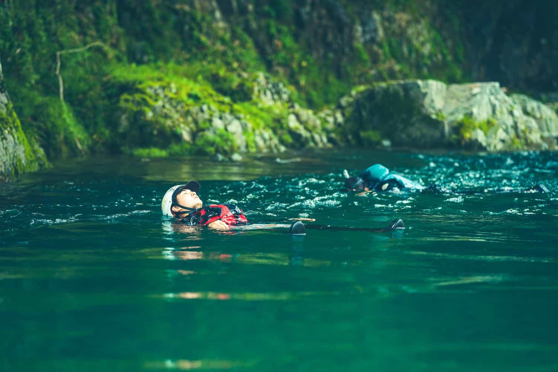 川に浮かぶ人