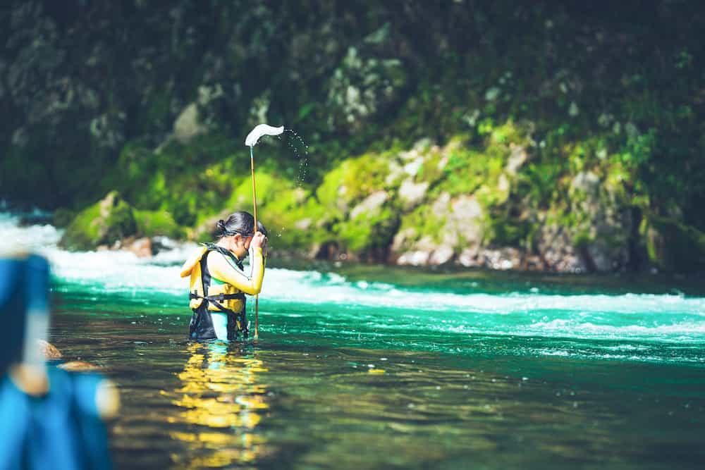 川を泳ぐ女性
