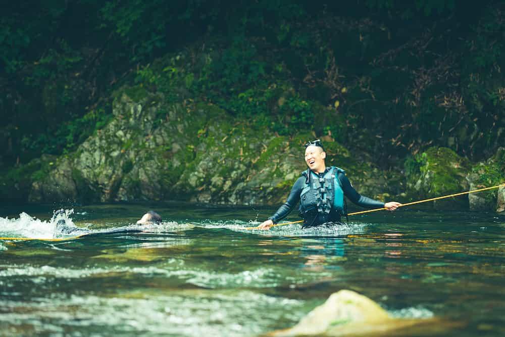 川を泳ぐ男性
